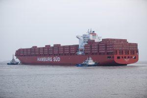 """Zwei Schlepper an der Seite der """"Santa Cruz"""" im Hafen von Shanghai. Das Foto entstand nach der Schiffstaufe im Juli 2011. Two tugs alongside the """"Santa Cruz"""" in the port of Shanghai. The photograph was taken after the ship naming ceremony in July 2011."""